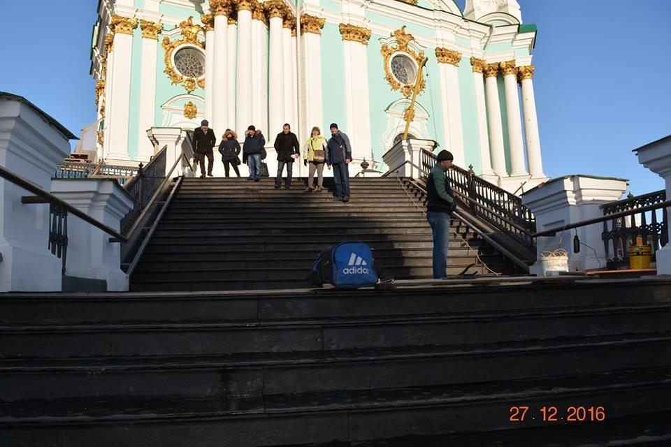 В Киеве завершили монтаж лестницы к Андреевской церкви - фото 28075
