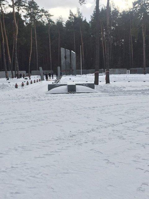 Вандалы пытались разрушить входную стелу на польской части мемориала Быковнянские могилы - фото 31545