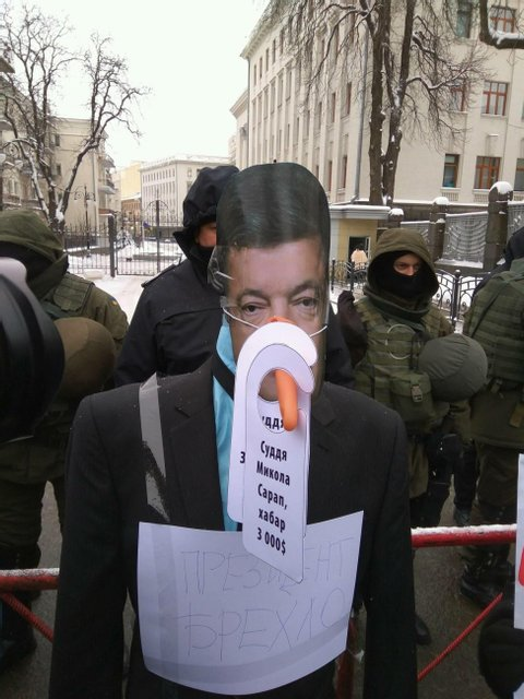 На Банковой установили памятник президенту-лжецу - фото 33382
