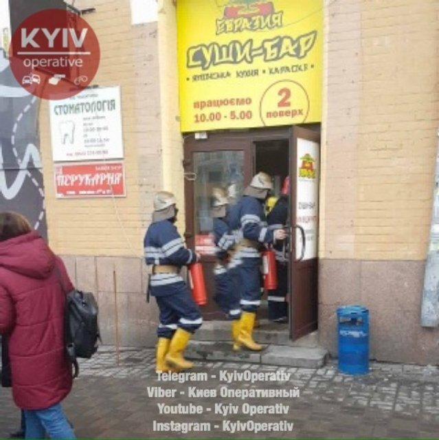 В центре Киева горит Бессарабский рынок - фото 34096