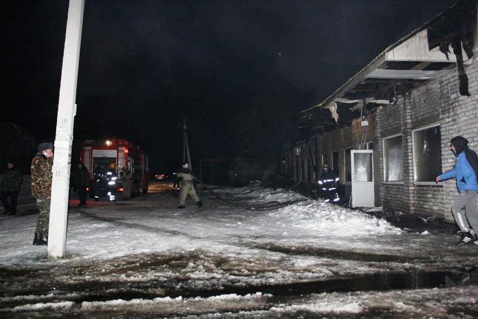 В Запорожской области пожар охватил торговый комплекс: пожарные спасли часть помещений - фото 34024