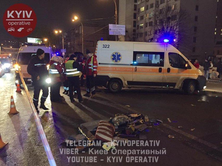 Лобовое столкновение в Киеве: 3-летняя девочка погибла, водителя достают спецтехникой - фото 34015