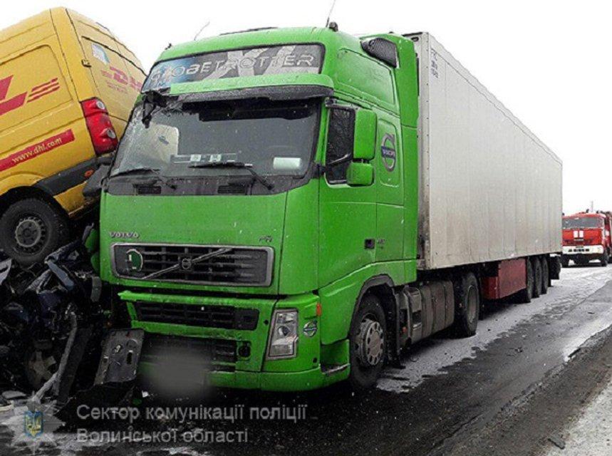 Масштабное ДТП в Волынской области: столкнулись 5 авто, трое человек пострадало - фото 34197