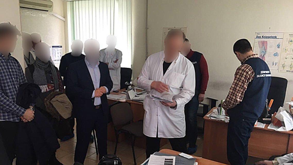 Полиция задержала врача, требовавшего от пациента 36 тыс грн взятки за операцию  - фото 32544