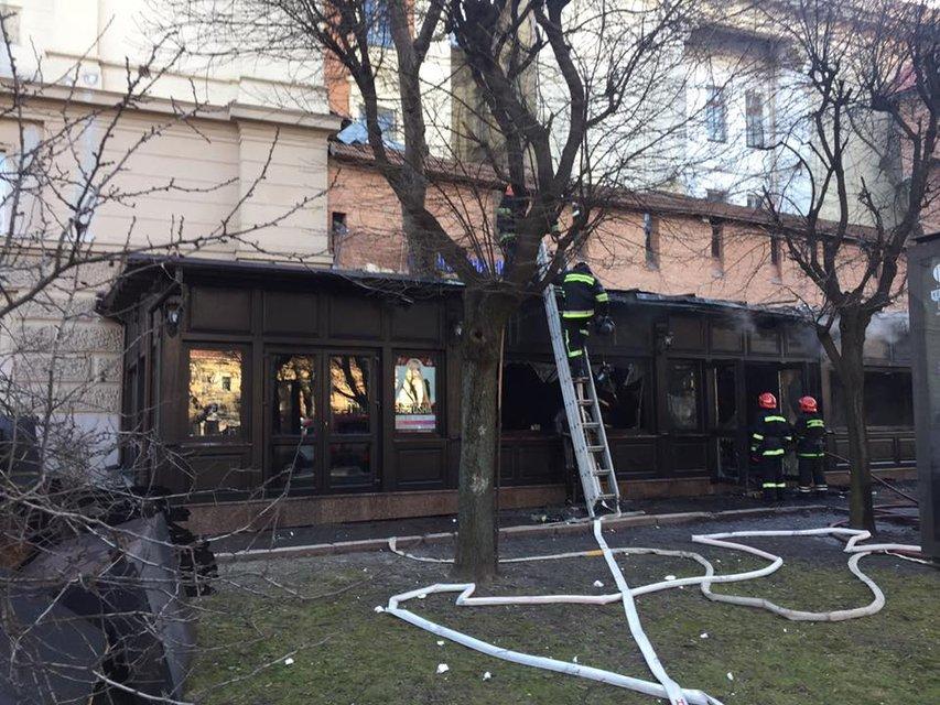 Во Львове возник пожар сразу в двух ресторанах - фото 35970