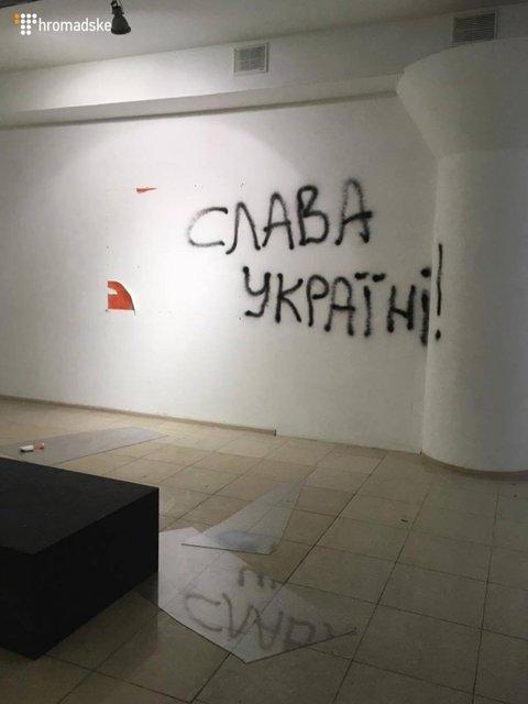 В Киеве неизвестные разгромили выставку украинского художника о событиях на Майдане - фото 33502