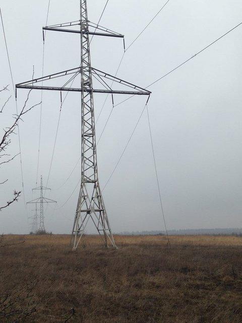 В Авдеевке рядом с повреждениями ЛЭП обнаружены воронки от снарядов - фото 36032