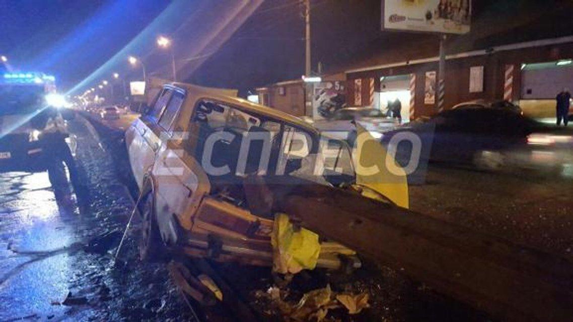 ДТП в Киеве: ВАЗ пробил отбойник, один человек погиб - фото 34882