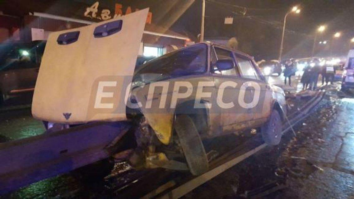 ДТП в Киеве: ВАЗ пробил отбойник, один человек погиб - фото 34883