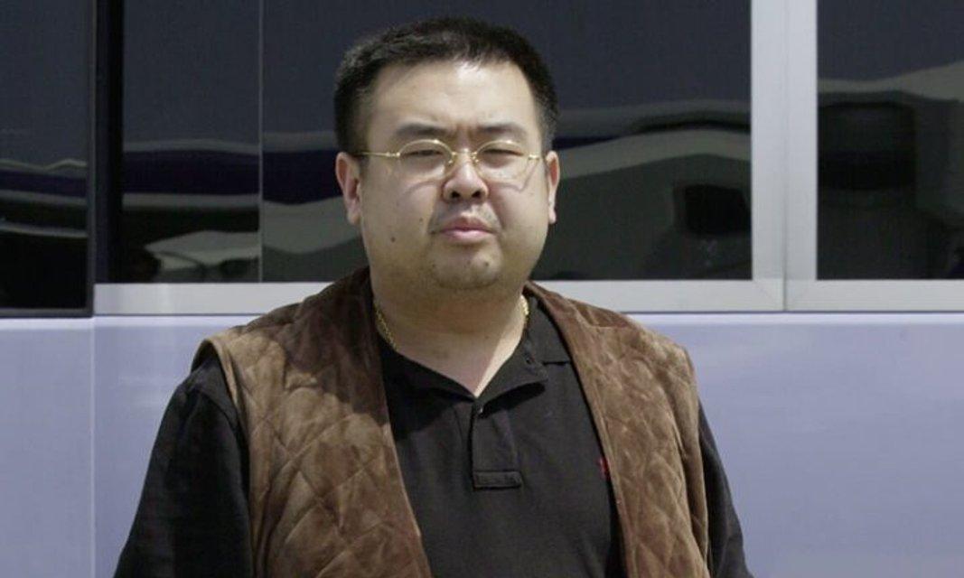 Женщина в забавной кофте: камеры сняли убийцу брата Ким Чен Ына - фото 34476