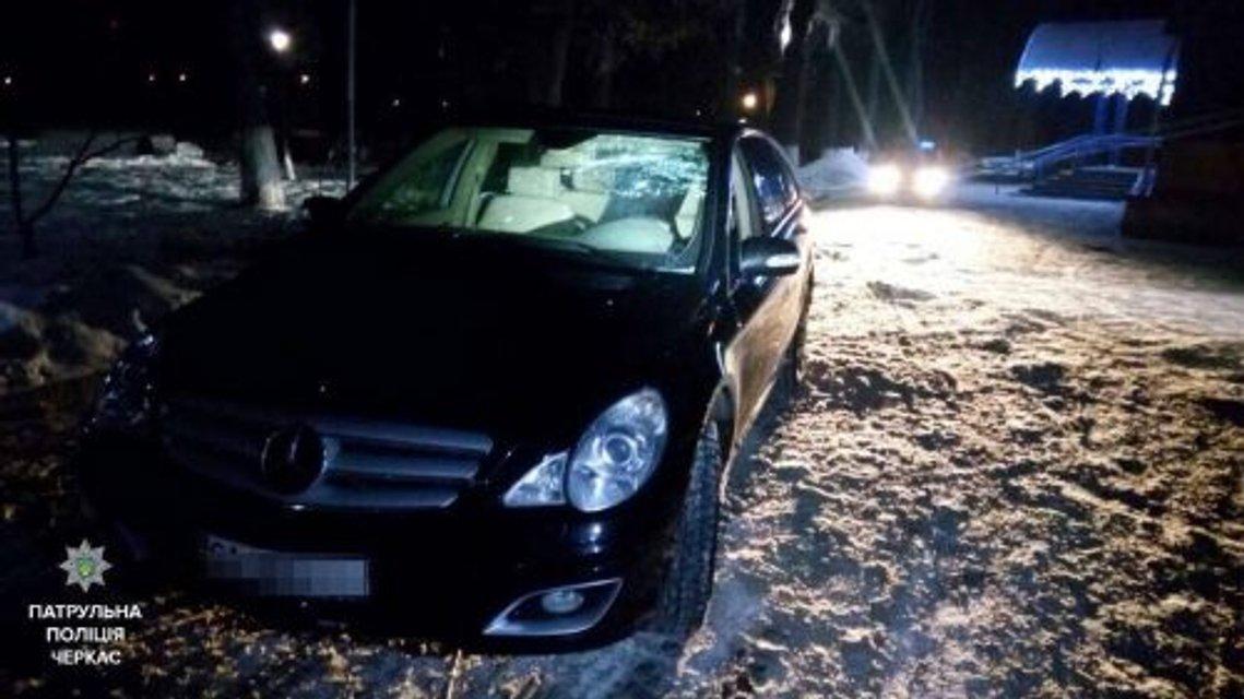 В Черкассах пьяный депутат облсовета на Mercedes сбил мужчину - фото 34030
