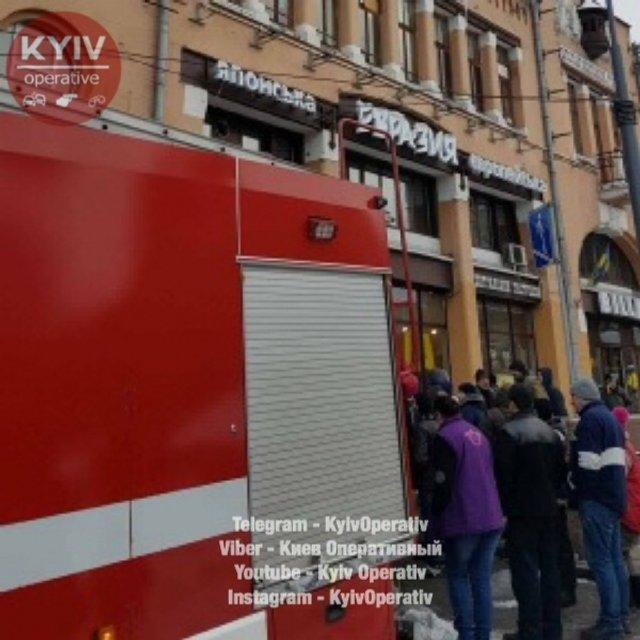 В центре Киева горит Бессарабский рынок - фото 34097