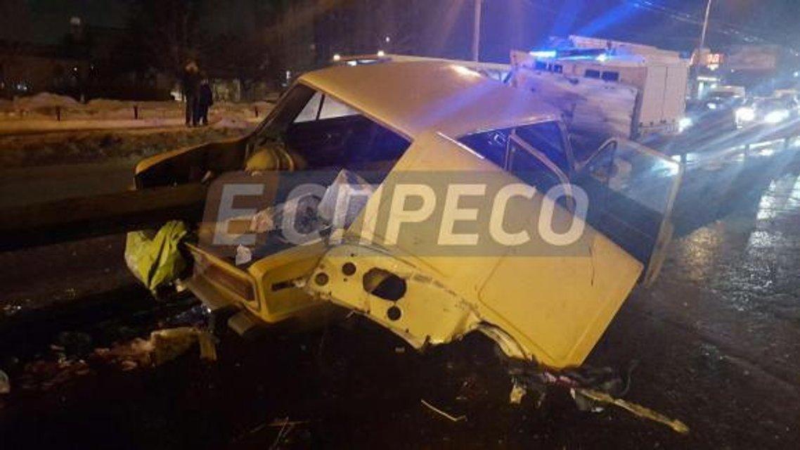 ДТП в Киеве: ВАЗ пробил отбойник, один человек погиб - фото 34881