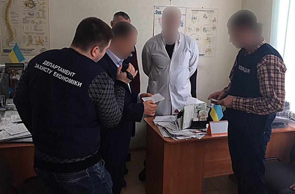 Полиция задержала врача, требовавшего от пациента 36 тыс грн взятки за операцию  - фото 32545