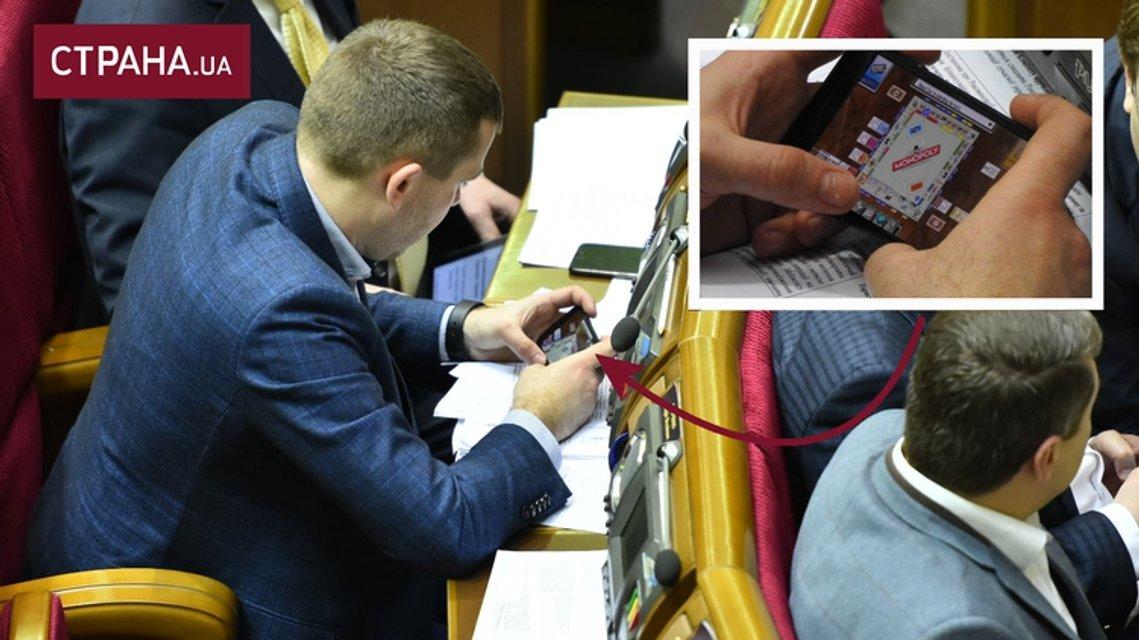 """Депутат Крулько играл """"Монополию"""" прямо на заседании Рады - фото 35582"""