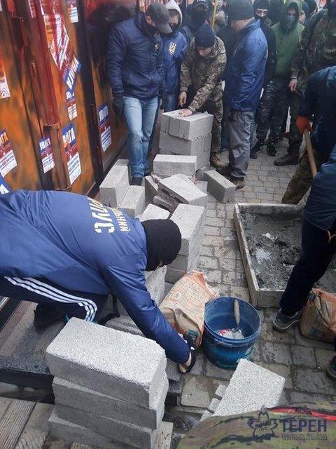 В Тернополе активисты замуровывают вход в местный Сбербанк - фото 38784