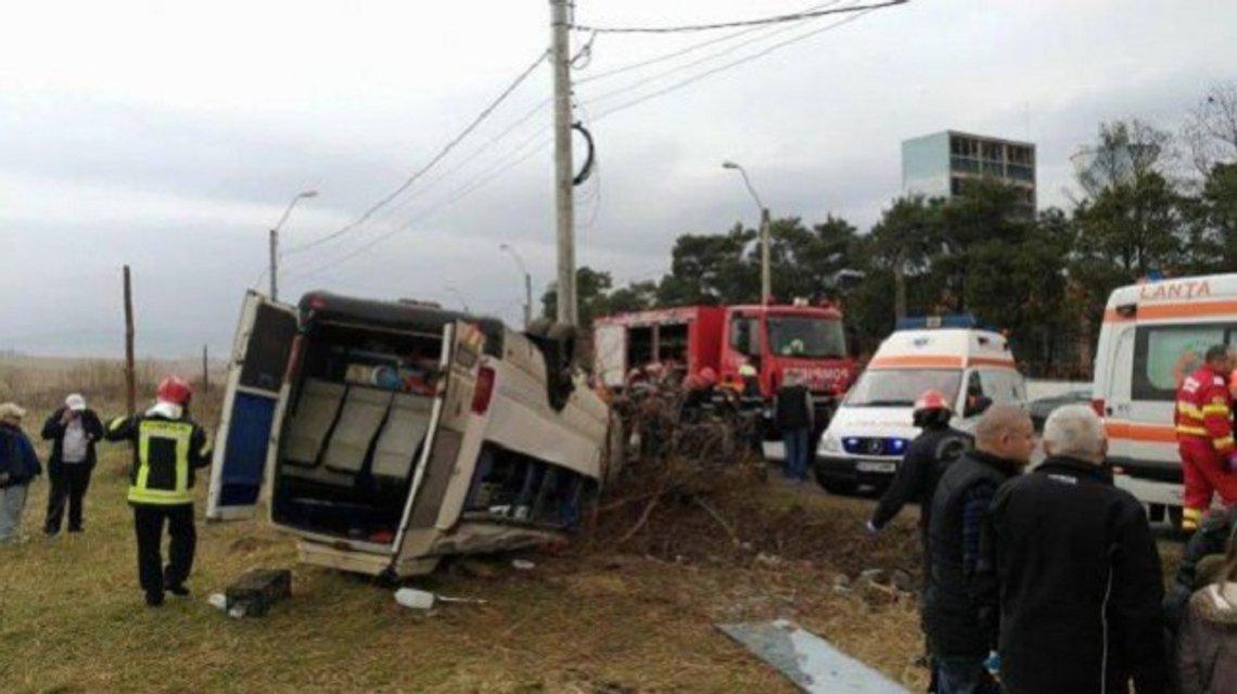 В Румынии перевернулся автобус со школьниками: 17 детей пострадало - фото 38999