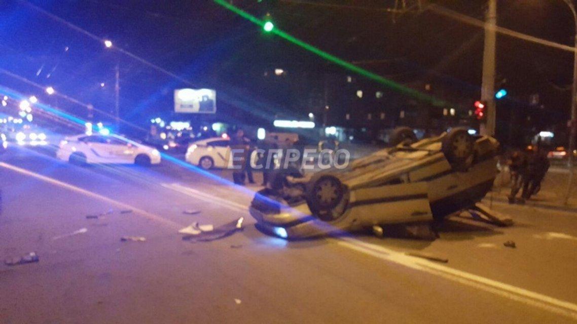 ДТП в Киеве: автомобиль такси перекинулся на крышу - фото 39801