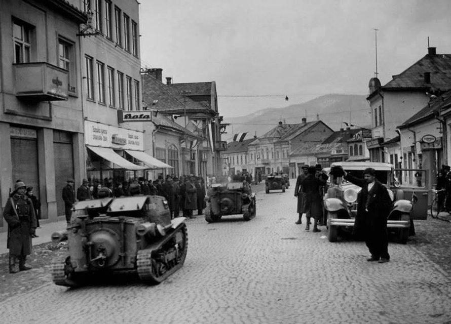 16 березня 1939 р., на другий день після проголошення незалежності, угорські танки окупували вулиці Хуста, столиці Карпатської України - фото 38650