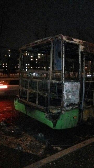 В Киеве дотла сгорело набитое пассажирами маршрутное такси - фото 38005
