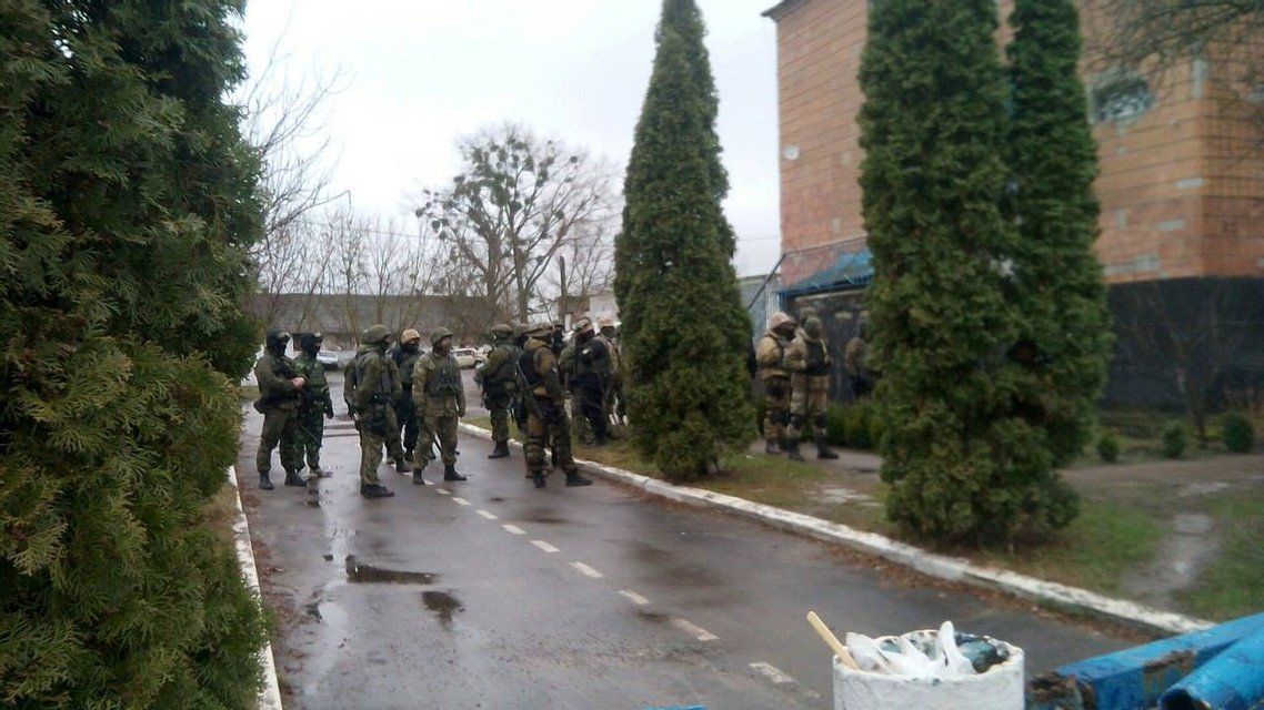 """Добытчики янтаря взяли в осаду отделение полиции и пообещали устроить """"второй Донбасс"""" - фото 39686"""