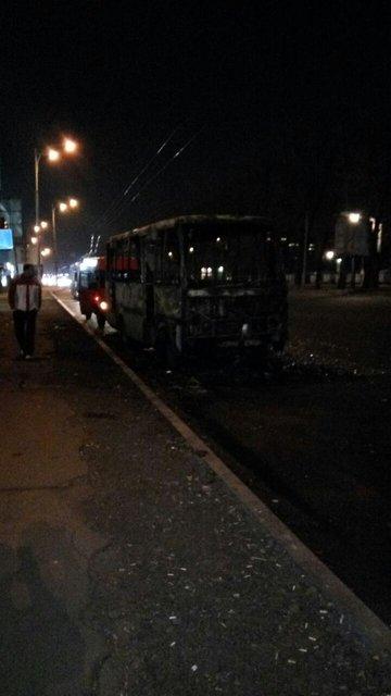 В Киеве дотла сгорело набитое пассажирами маршрутное такси - фото 38006