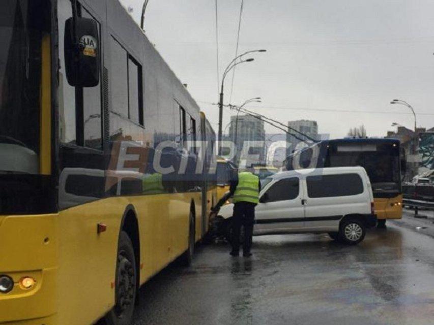 Пьяное ДТП в Киеве - легковушка протаранила маршрутку и троллейбус - фото 38786