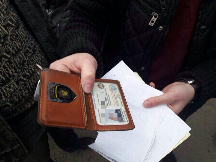 Полицейский в Донецкой области погорел на взятке в 27 000 гривен - фото 39747
