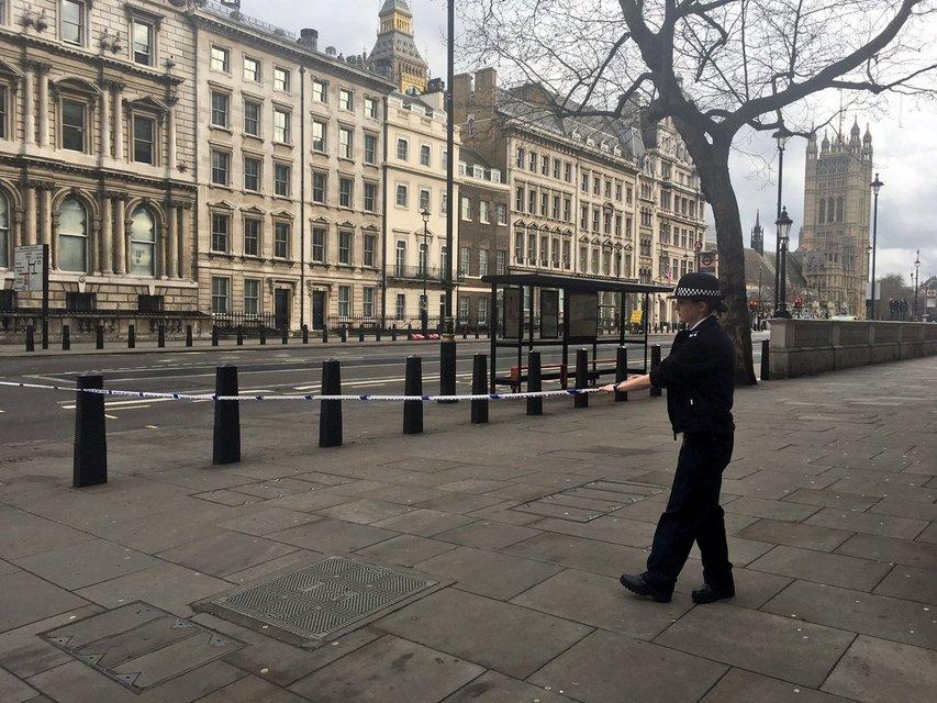 У парламента Великобритании террористы открыли стрельбу по людям, есть погибшие - фото 39368