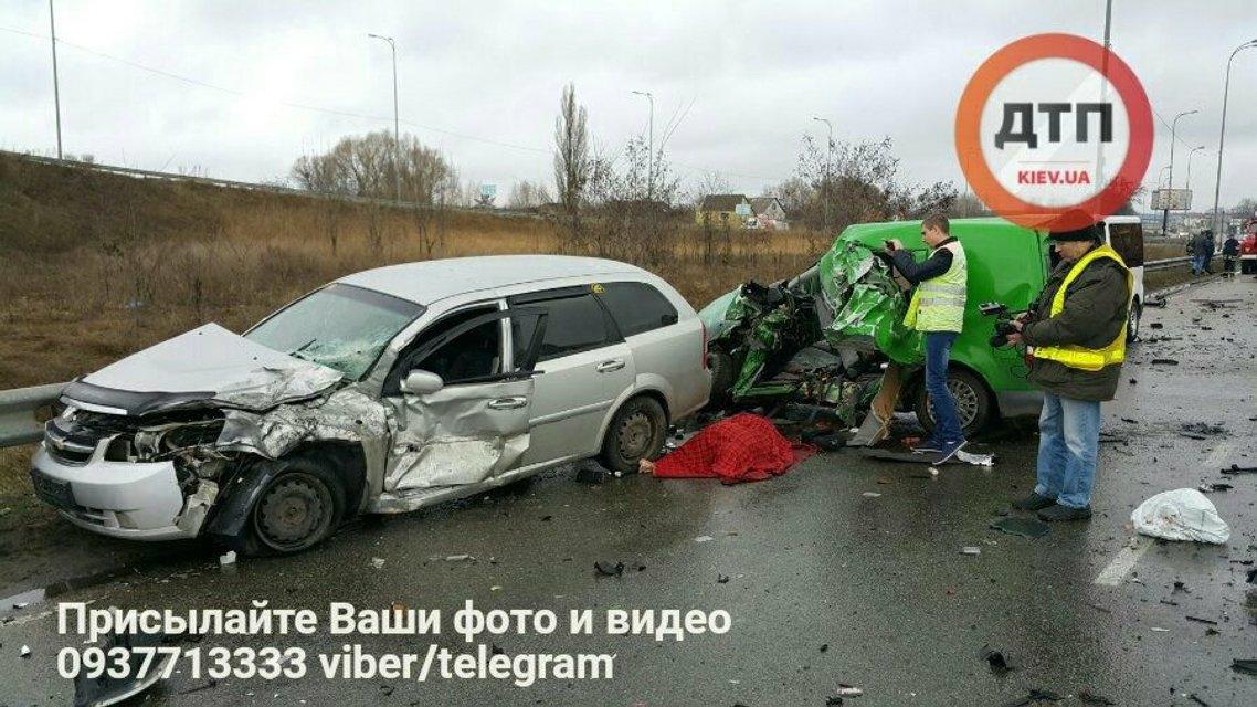 Смертельное ДТП под Киевом: Volkswagen влетел в лоб фуре Scania - фото 38851
