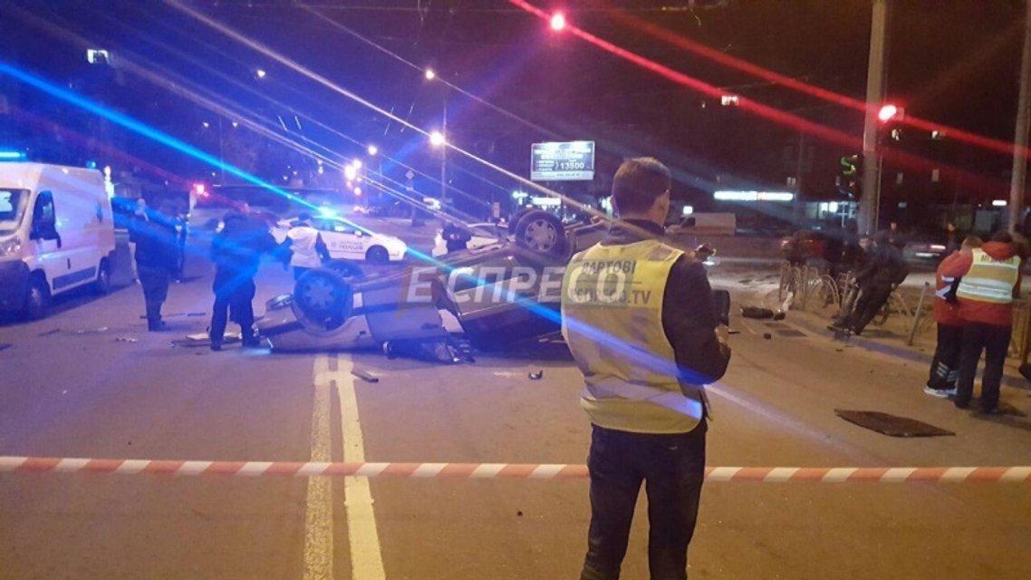 ДТП в Киеве: автомобиль такси перекинулся на крышу - фото 39802