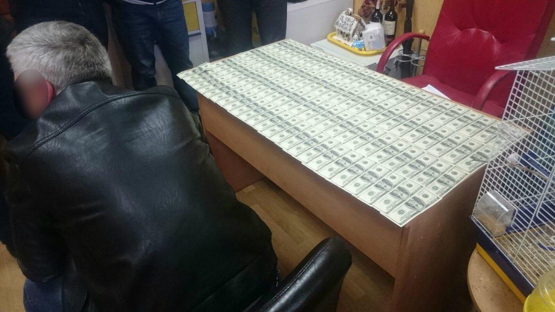 Начальник отдела прокуратуры в Донецкой области попался на взятке в $10000 - фото 39313