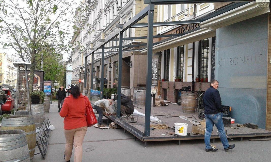 В самом центре Киева ресторан перегородил летней террасой тротуар (фото) - фото 43068