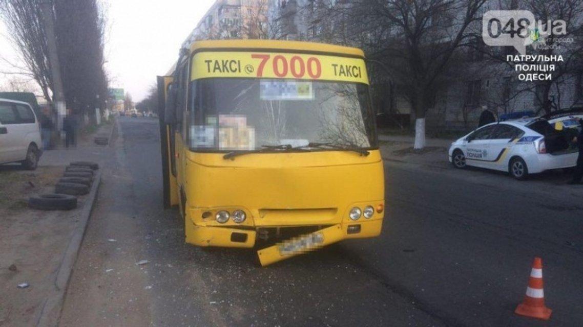"""В Одессе маршрутка врезалась в """"скорую"""": пострадал ребенок - фото 40884"""