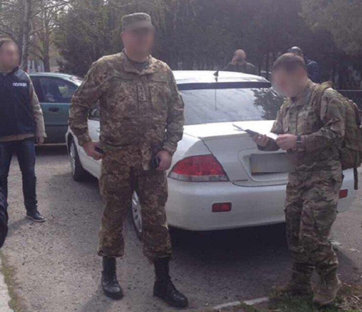 Сотрудник военкомата в АТО за $800 освобождал от призыва местных  жителей - фото 41945