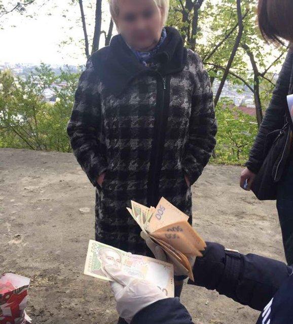 """Во Львове начальницу налоговой задержали с """"пакетом"""" денег - фото 43813"""