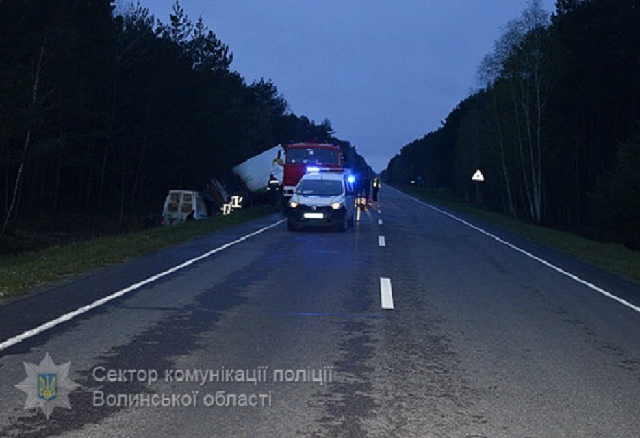 В Волынской области микроавтобус врезался в грузовик и загорелся: погибли отец и сын - фото 41695