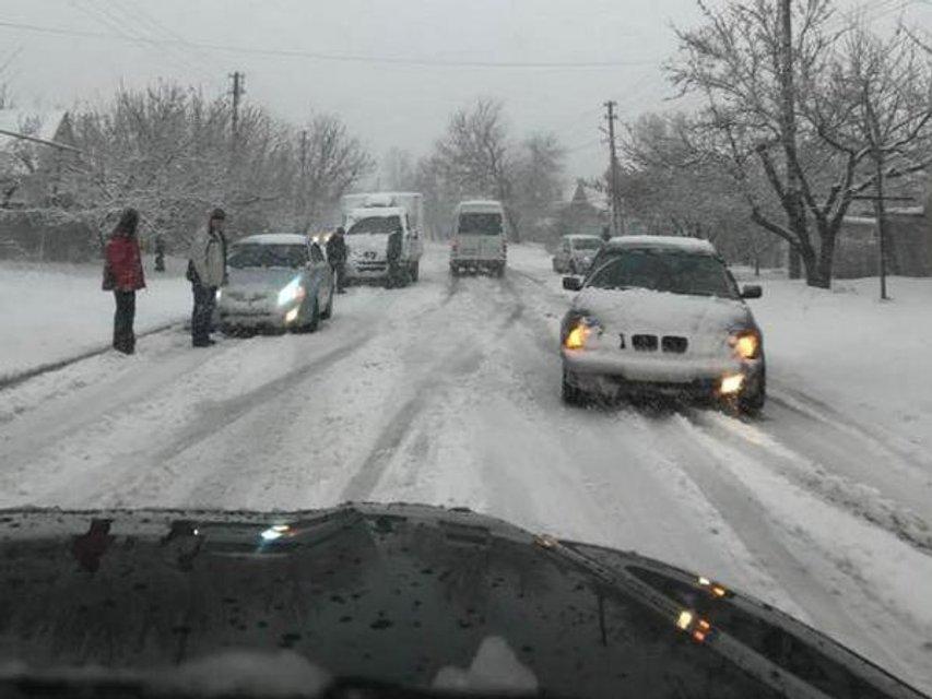 Сильный снегопад послужил причиной транспортного коллапса в Днепре - фото 43133