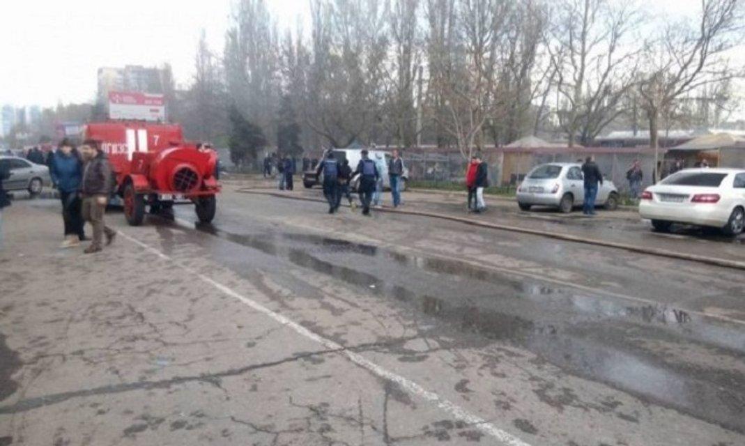 В Одессе масштабный пожар на рынке, есть пострадавшие - фото 43476