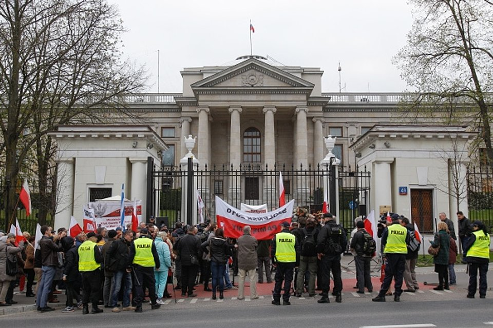 Утро понедельника, 10 апреля. Российское посольство в Варшаве - фото 41849