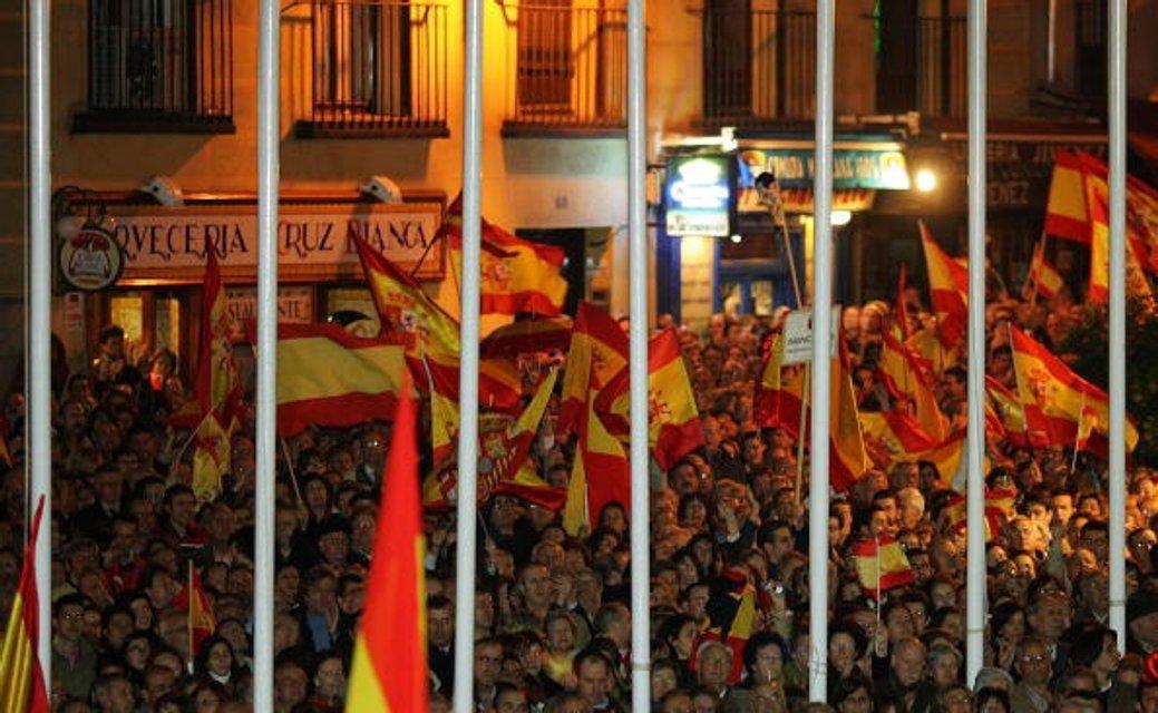 Жители Мадрида вышли на демонстрацию, чтобы осудить действия баскских террористов. Март 2004-го - фото 41639