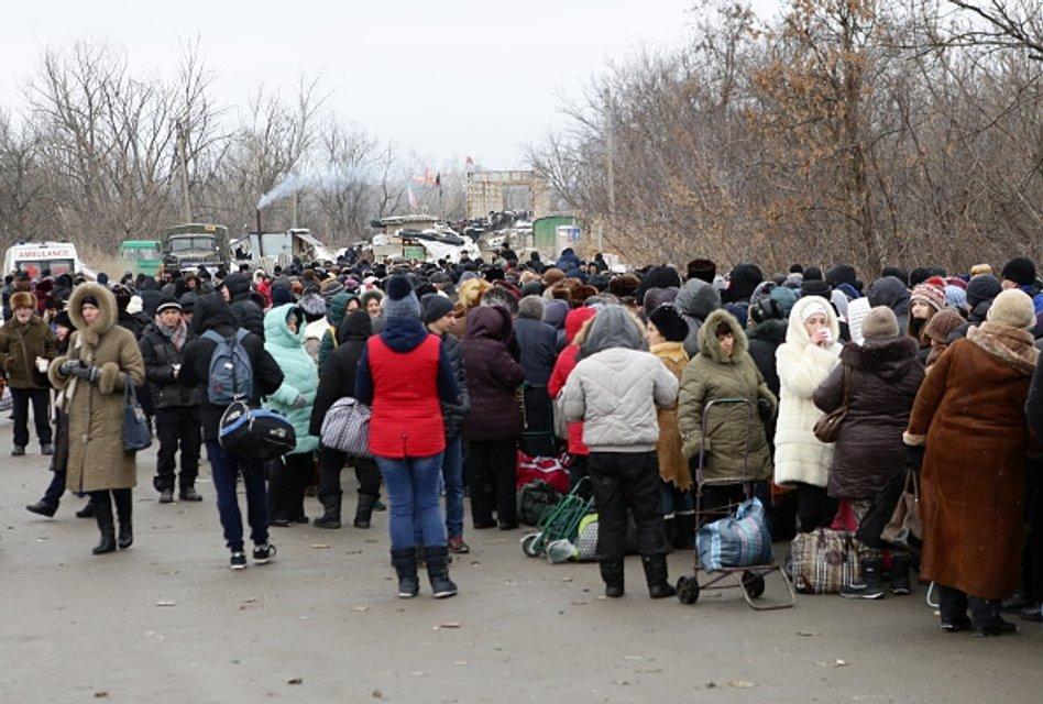 Станиця Луганська. Блокпост між Україною вільною та окупованою - фото 44125