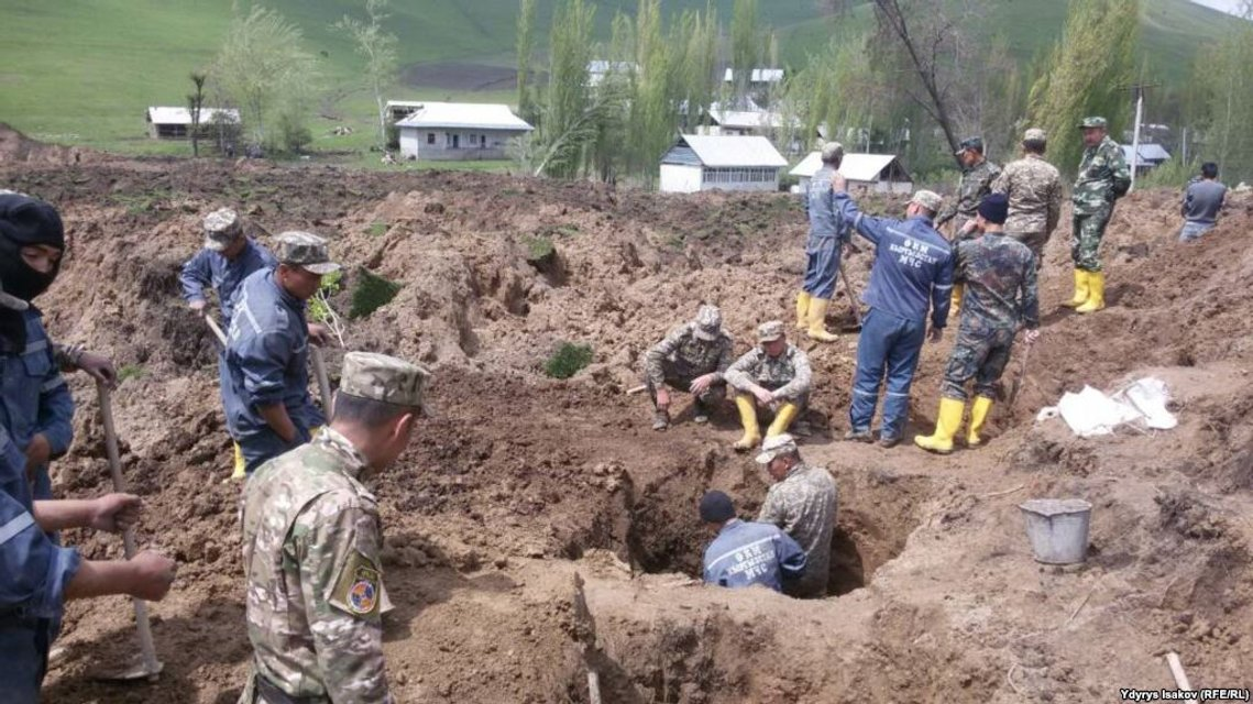 Оползень в Кыргызстане унес 24 жизни - фото 44498