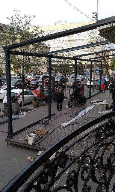В самом центре Киева ресторан перегородил летней террасой тротуар (фото) - фото 43069