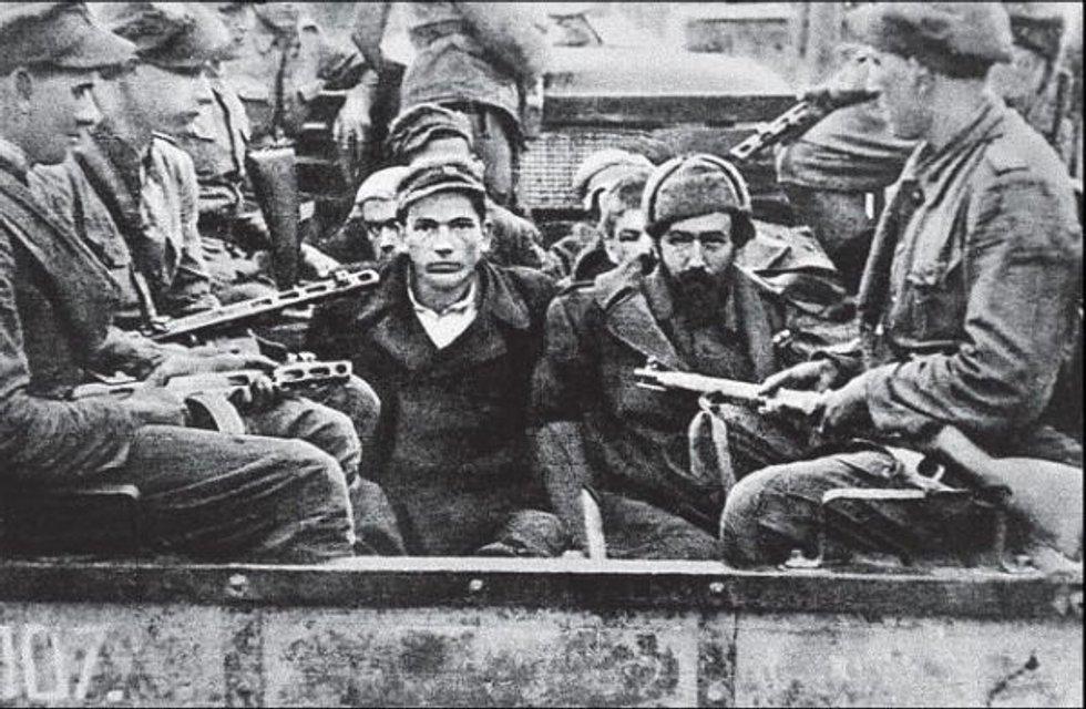 Лемківщина, 1947 - українські партизани, яких конвоюють польські солдати - фото 44266
