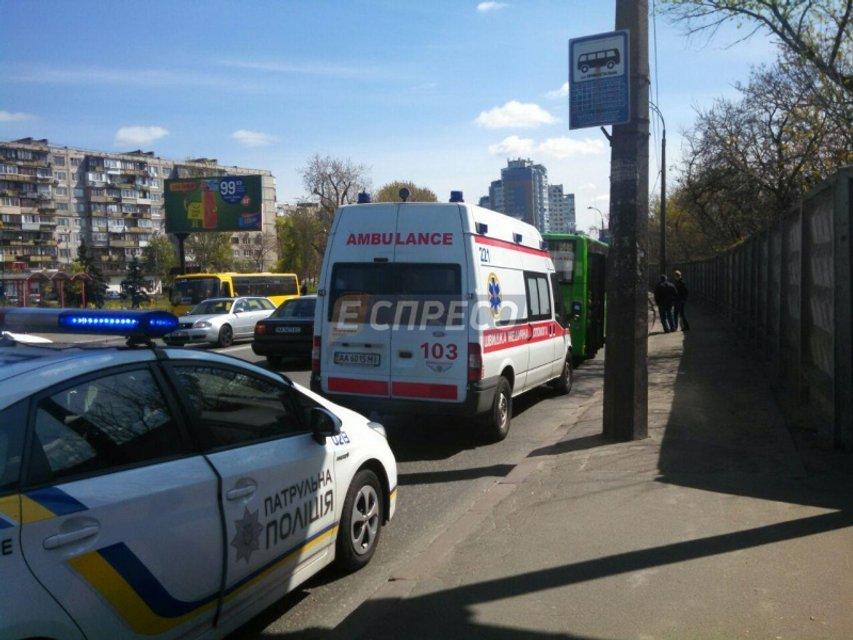 В Киеве водитель автобуса протаранил маршрутку: пострадала молодая девушка - фото 42742