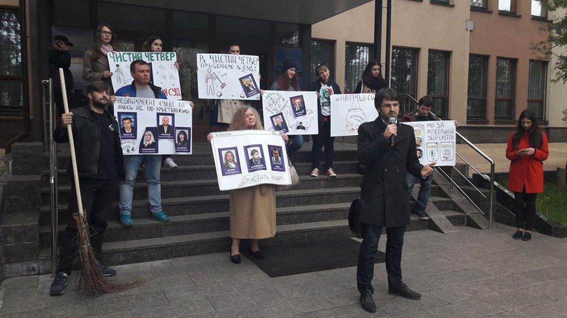 """Активисты провели """"чистый четверг"""" под стенами Высшей квалификационной комиссией судей - фото 42318"""