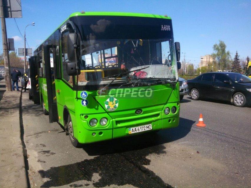 В Киеве водитель автобуса протаранил маршрутку: пострадала молодая девушка - фото 42743