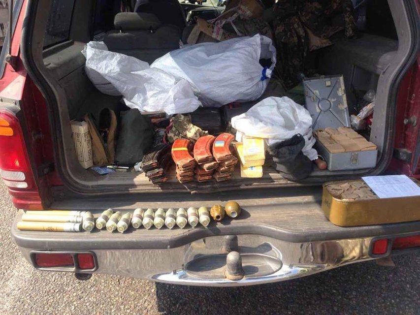 В Харьковской области задержали забитый оружием автомобиль - фото 42063