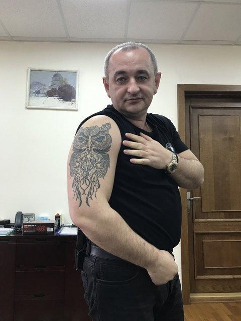 Главный военный прокурор Матиос показал шокирующее тату на всю руку (фото) - фото 42968